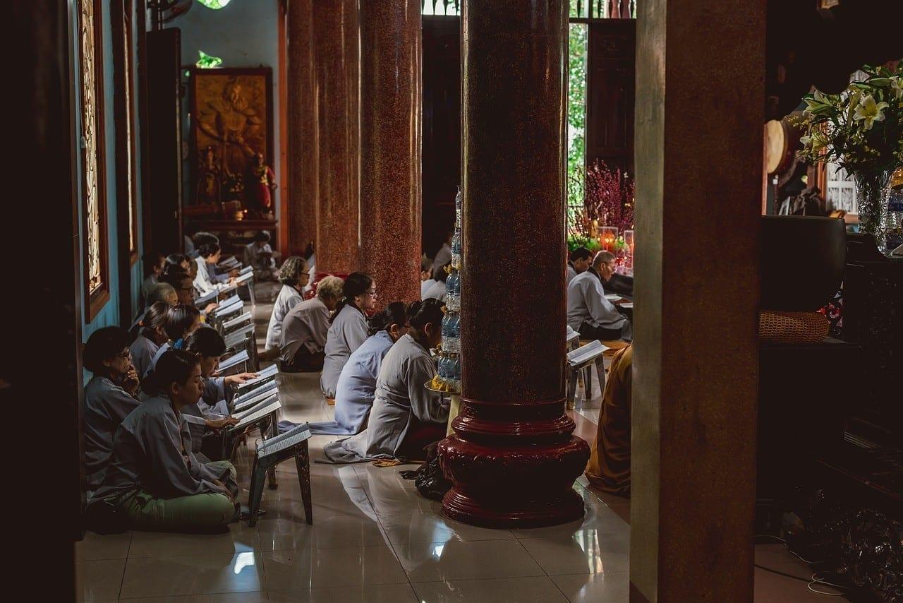 une session de méditation silencieuse lors d'un évènement bien-être