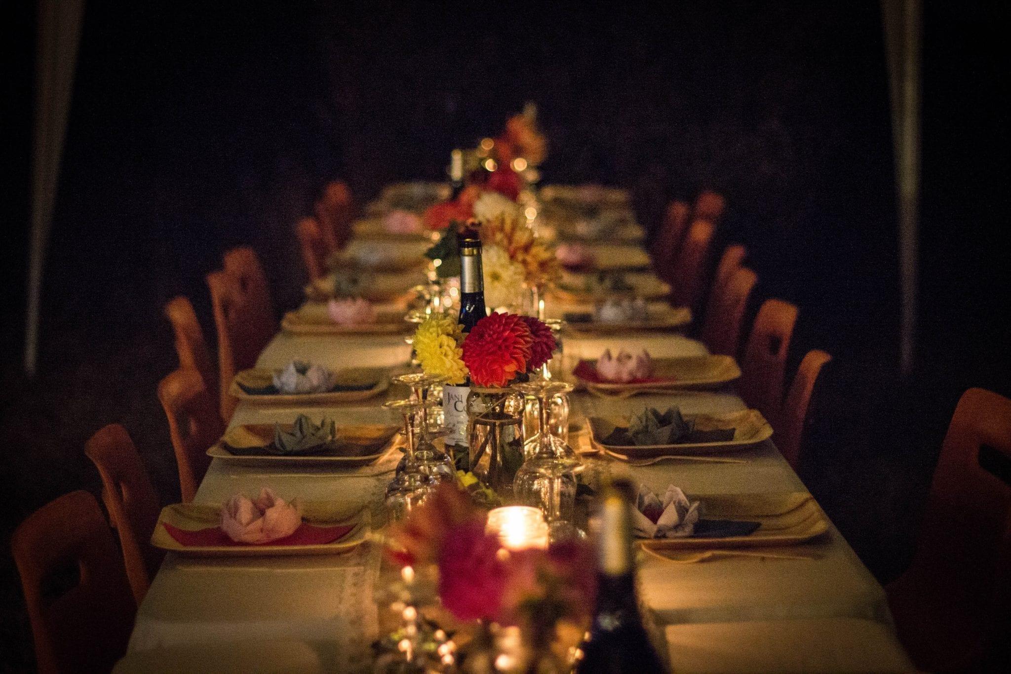 comment organiser un évènement lié à la nourriture et aux boissons : Arranger le plan de table par ordre alphabétique.