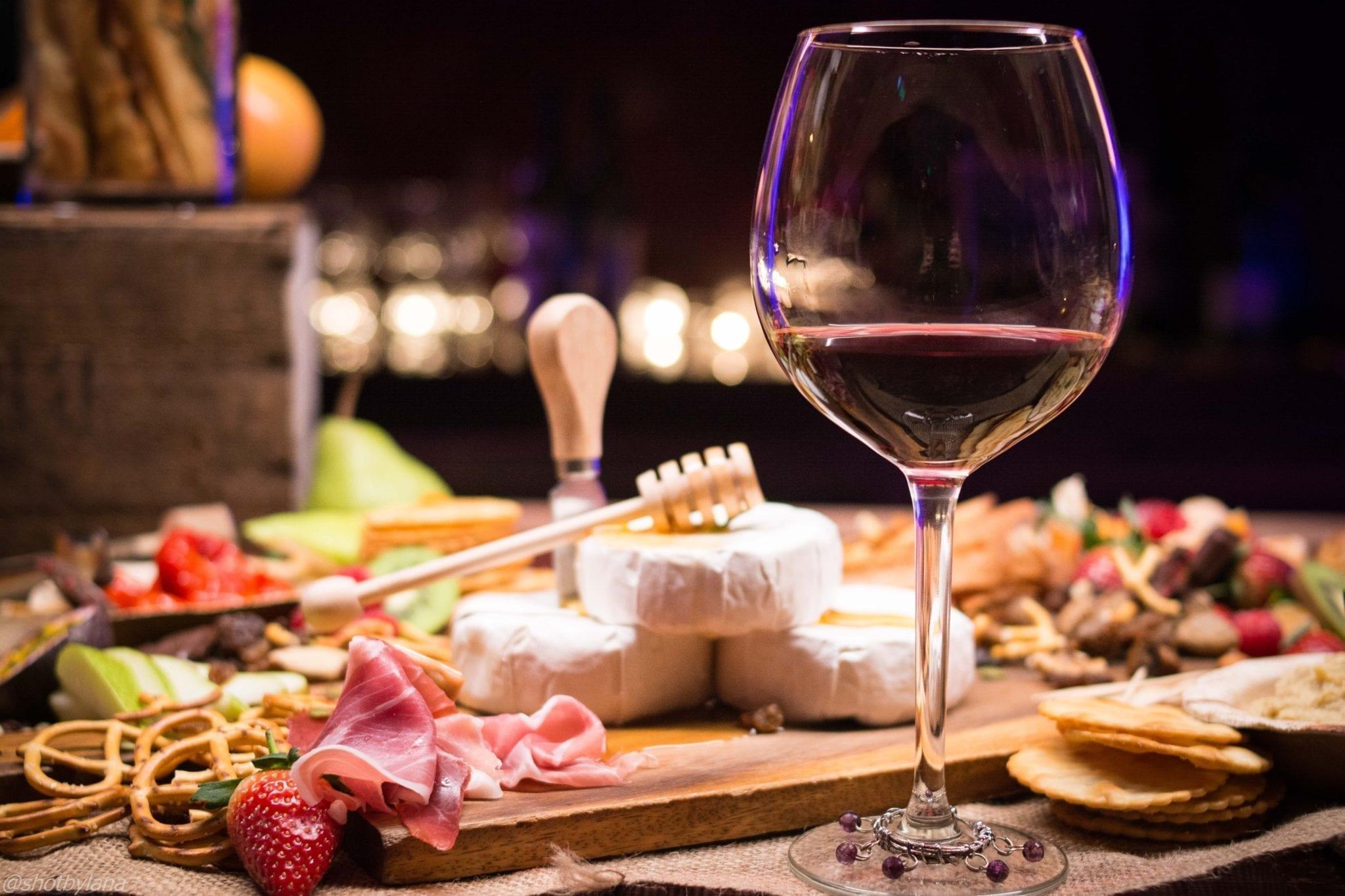 Comment organiser un évènement lié à la nourriture et aux boissons : Maintenir la bonne température pour le vin et l'accompagner de la bonne nourriture.