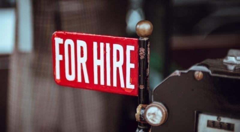 """Un panneau """"On recrute"""" est un bon moyen de recruter du personnel pour un évènement"""