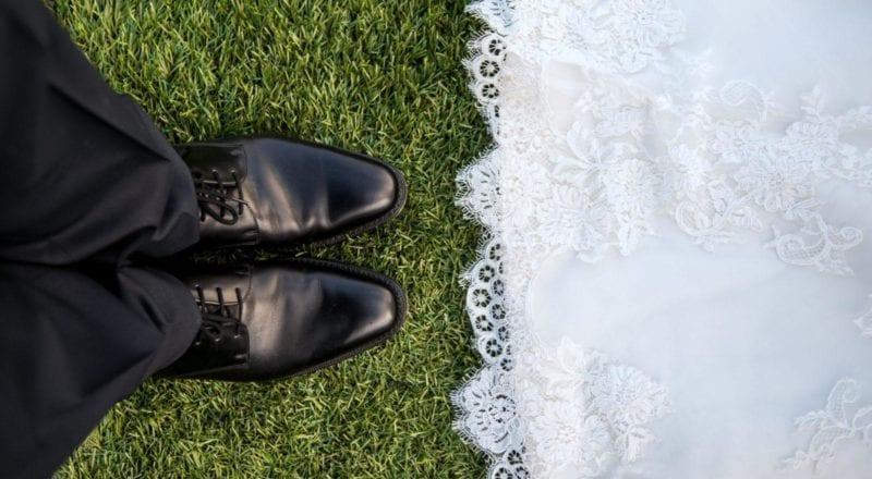 couple marié debout sur l'herbe