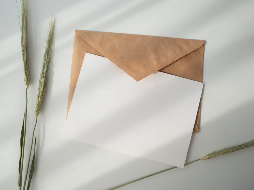 Invitation à un évènement : Incluez une double enveloppe pour les réponses.